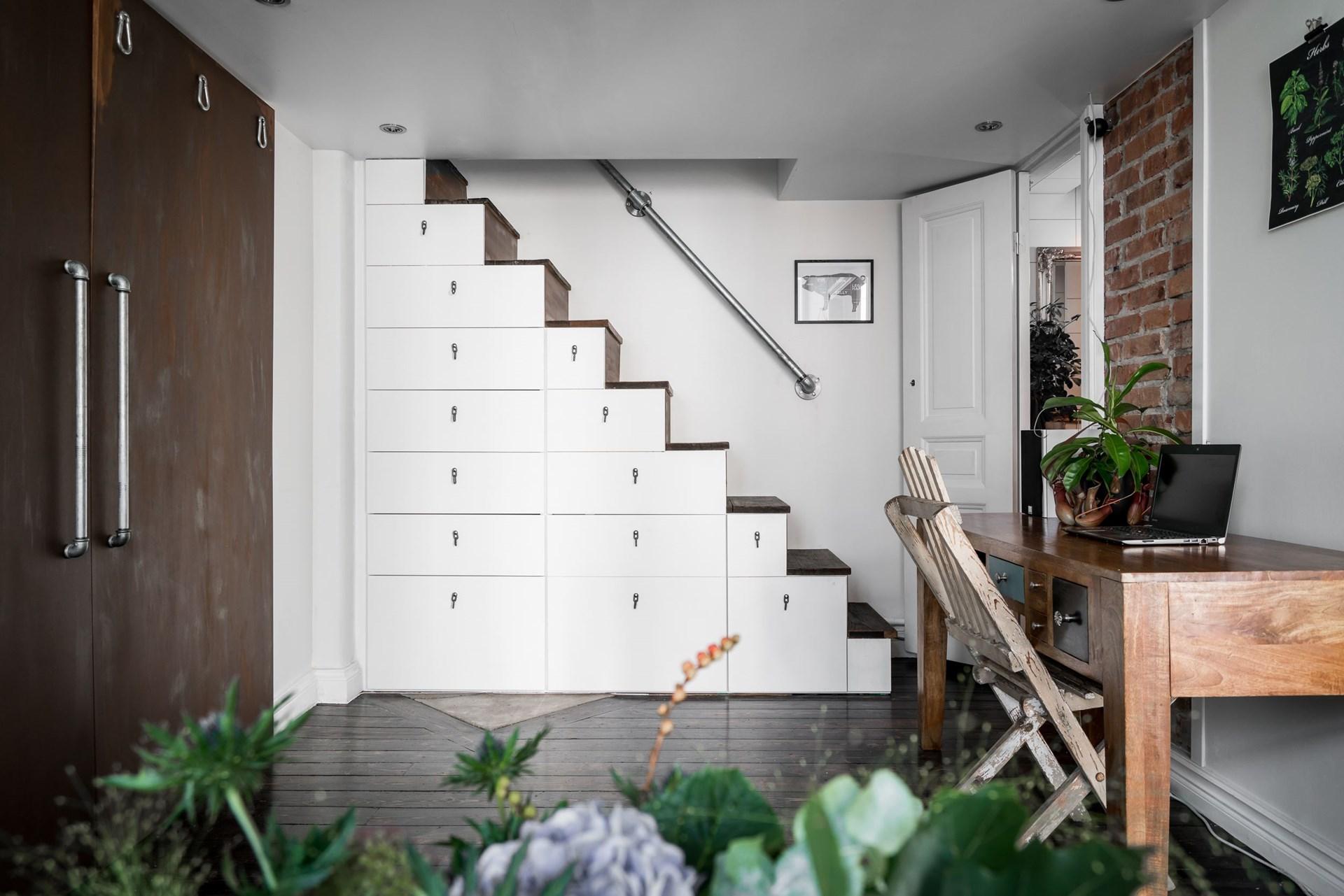 антресоли лестница ящики рабочий стол шкаф деревянный темный пол