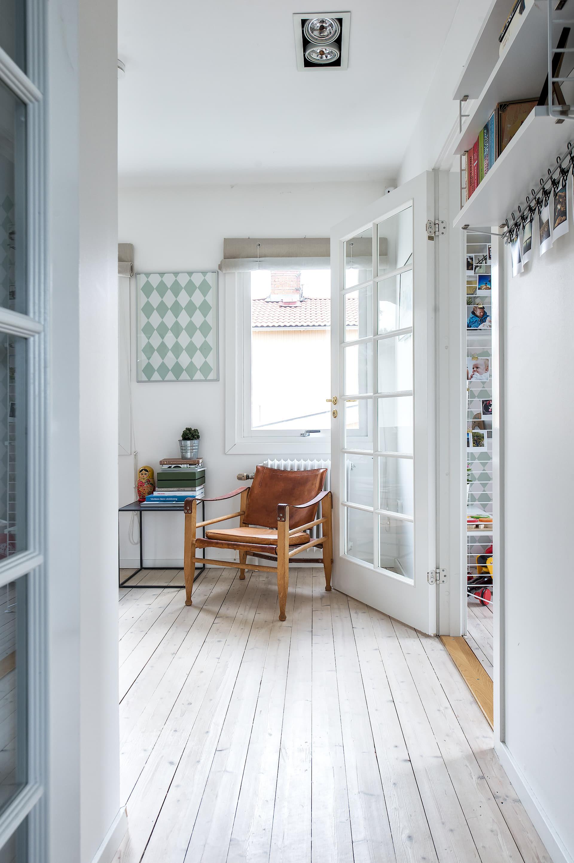 коридор кожаное кресло стеклянная дверь