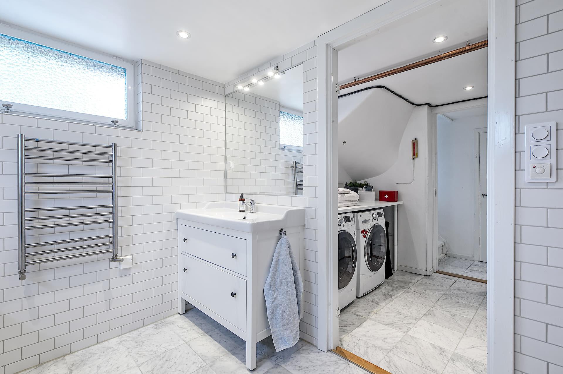 ванная комната раковина комод зеркало полотенцесушитель стиральная сушильная машина