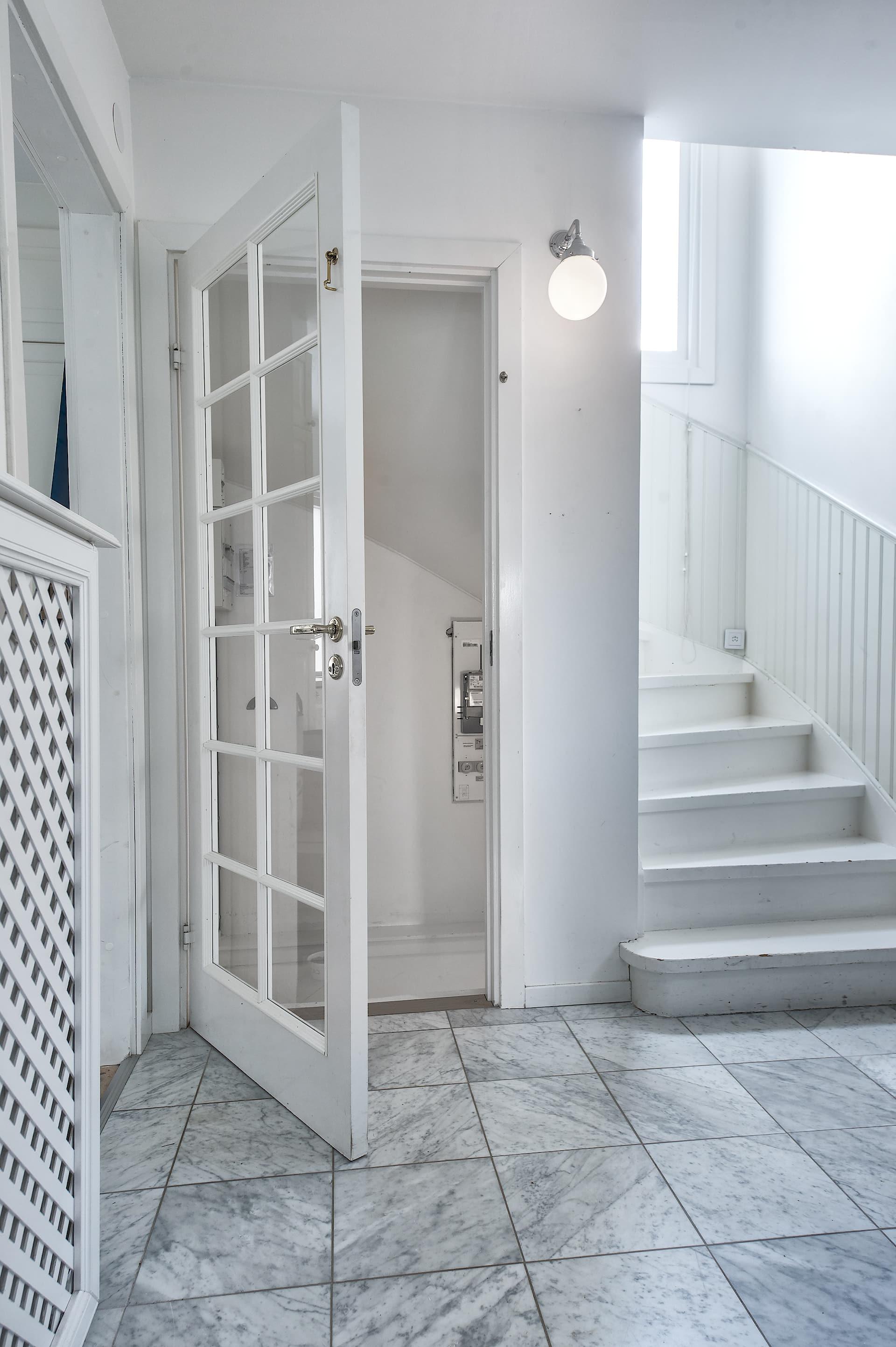 коридор лестница ступени дверь мраморная плитка