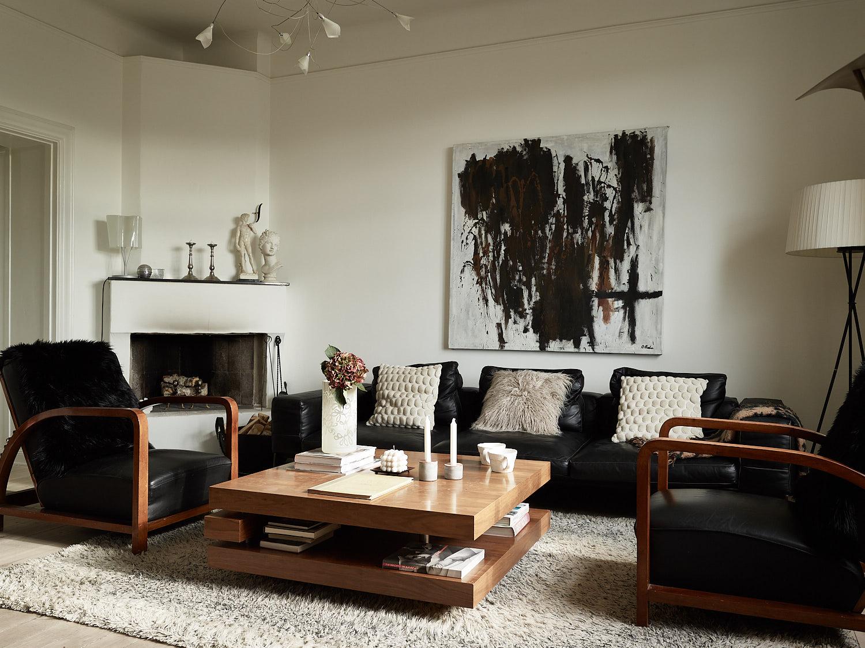 гостиная камин мягкая мебель кресла журнальный столик ваза цветы