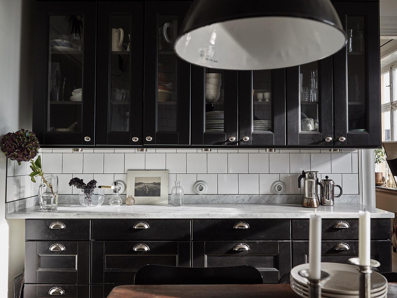кухонная мебель квадратная белая плитка столешница мрамор коричневые фасады филёнка