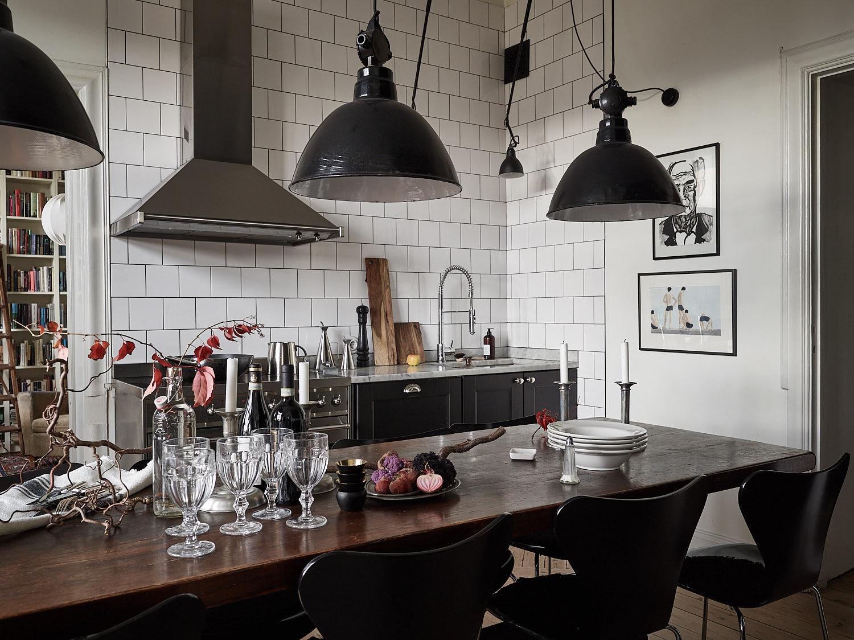 кухонная мебель плита вытяжка белая квадратная плитка мойка смеситель стол посуда