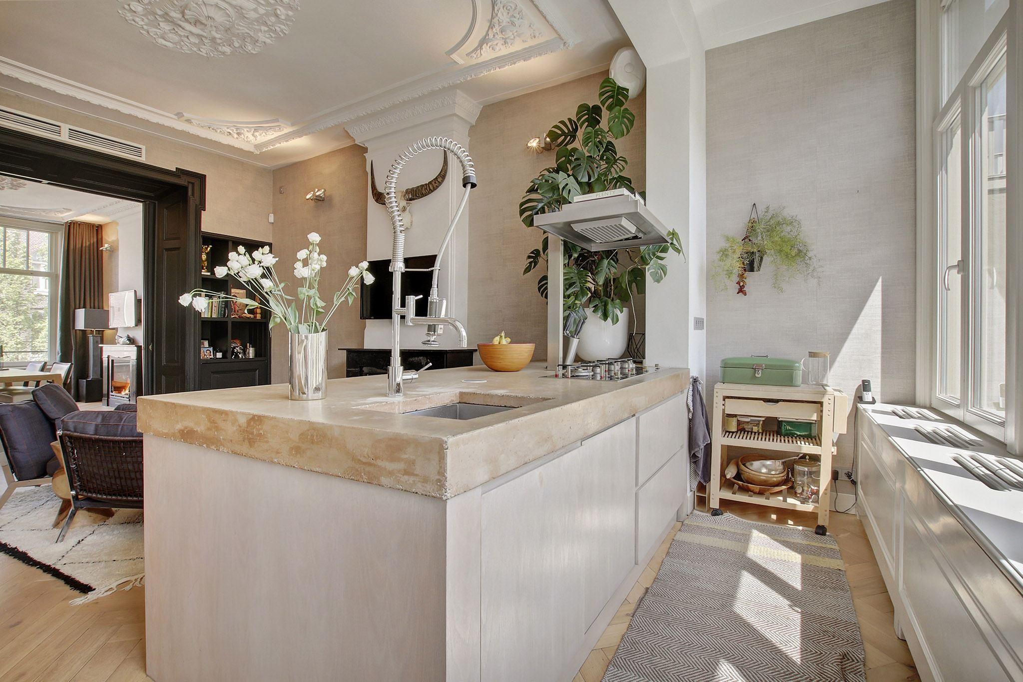 кухня лепнина камин эсмеситель радиатора отопления кухонный остров бетонная столешница мойка смеситель газовая панель выдвижная вытяжка