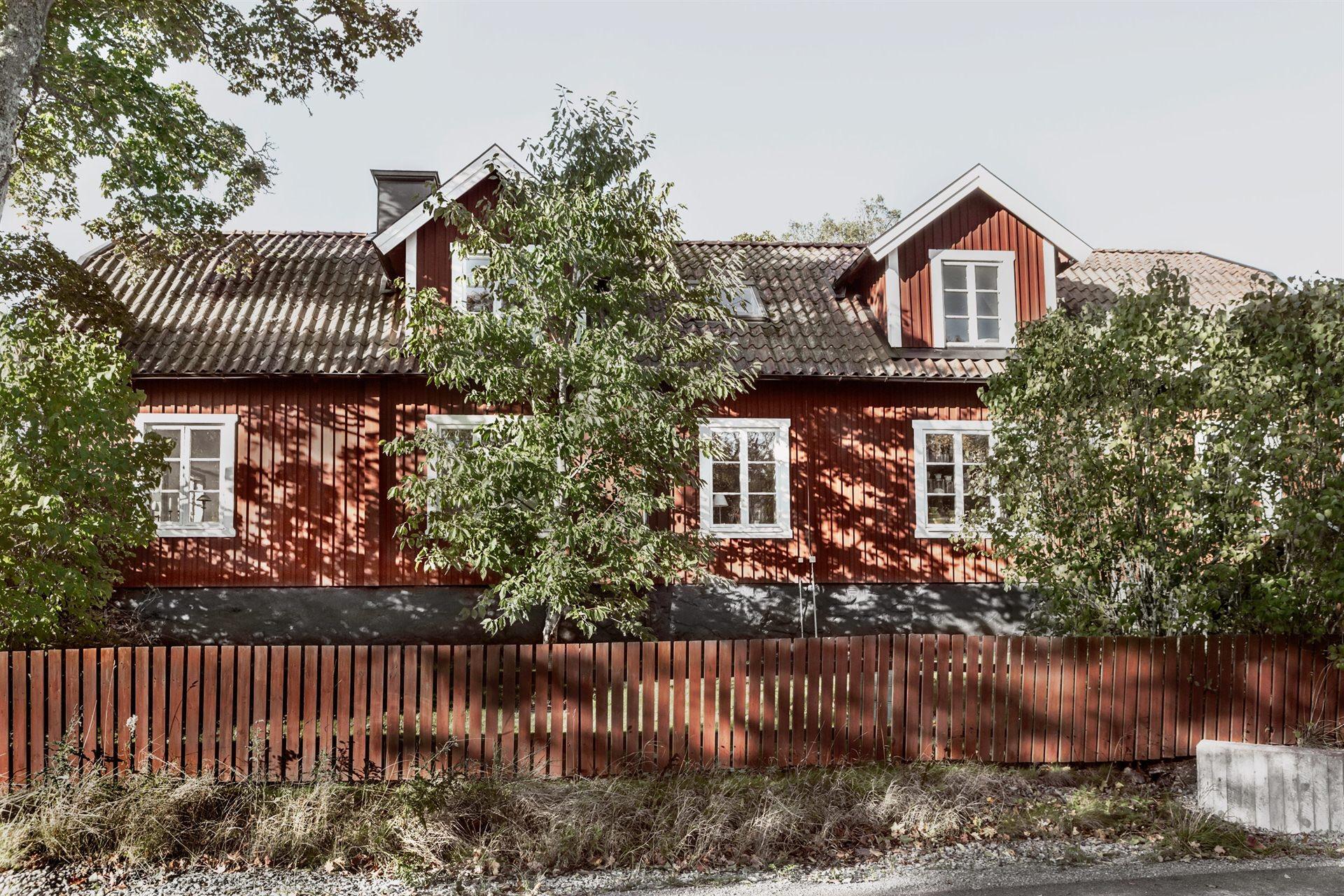 фасад загородного деревянного дома забор