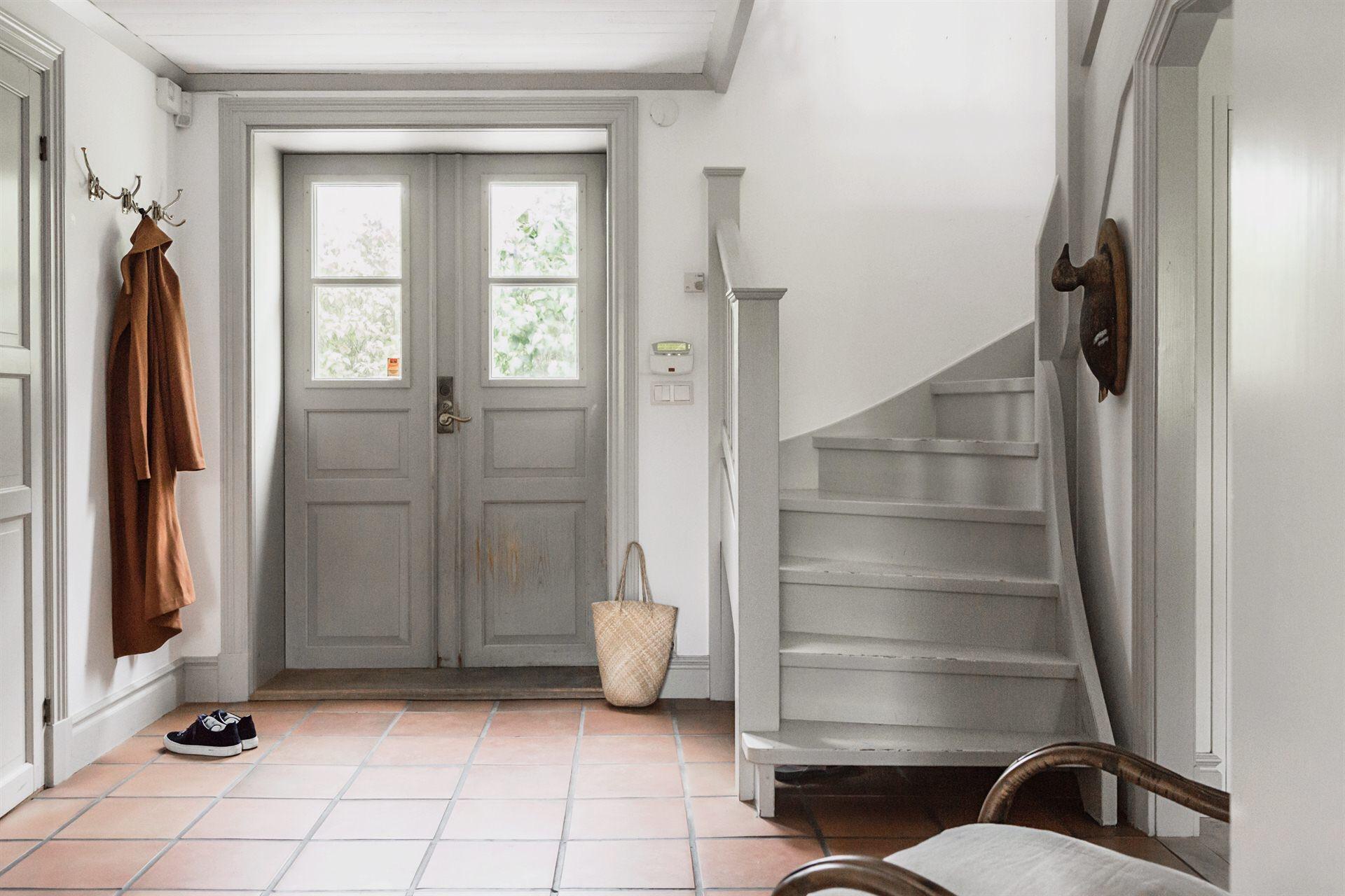 дом входная дверь коридор вешалка одежда лестница ступени