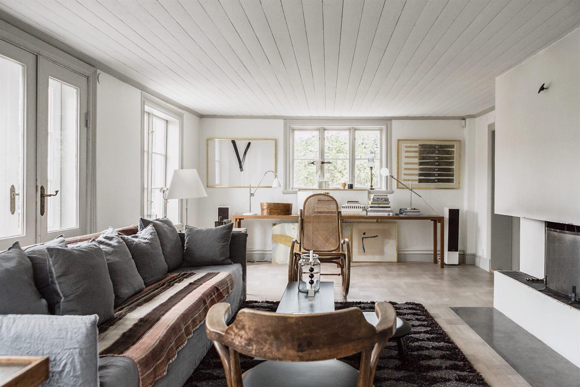 гостиная серый диван камин рабочая зона стол окно лампы
