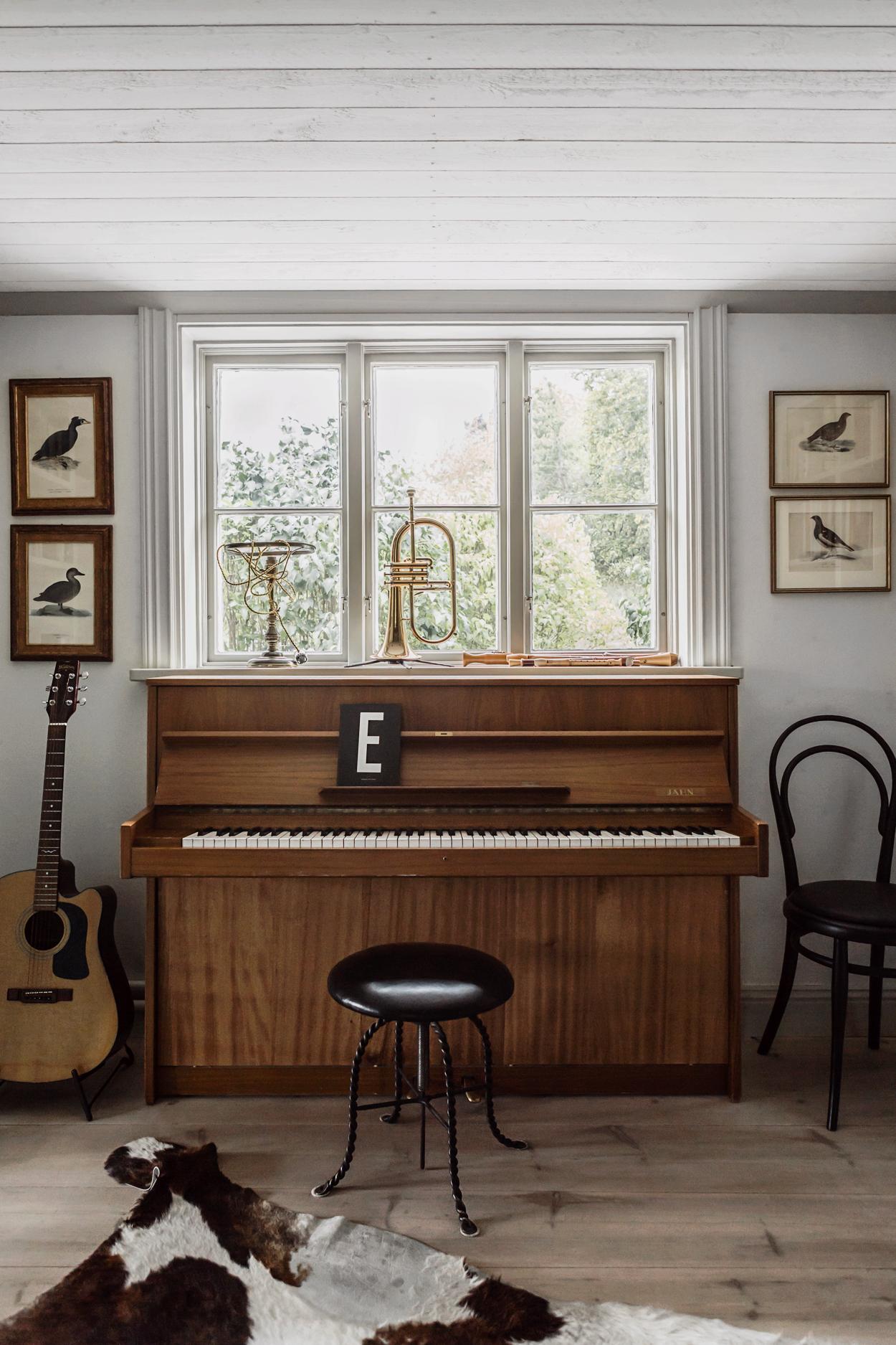 дом музыкальный уголок фортепиано гитара духовая труба