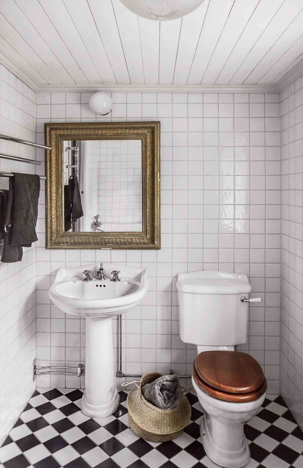 санузел раковина зеркало квадратная белая плитка шахматная укладка