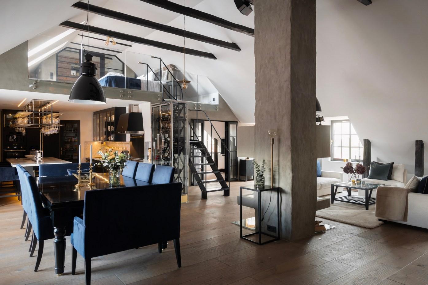 гостиная лестница камин мансарда балки