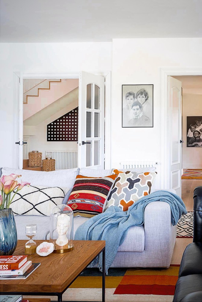 гостиная лестница диван
