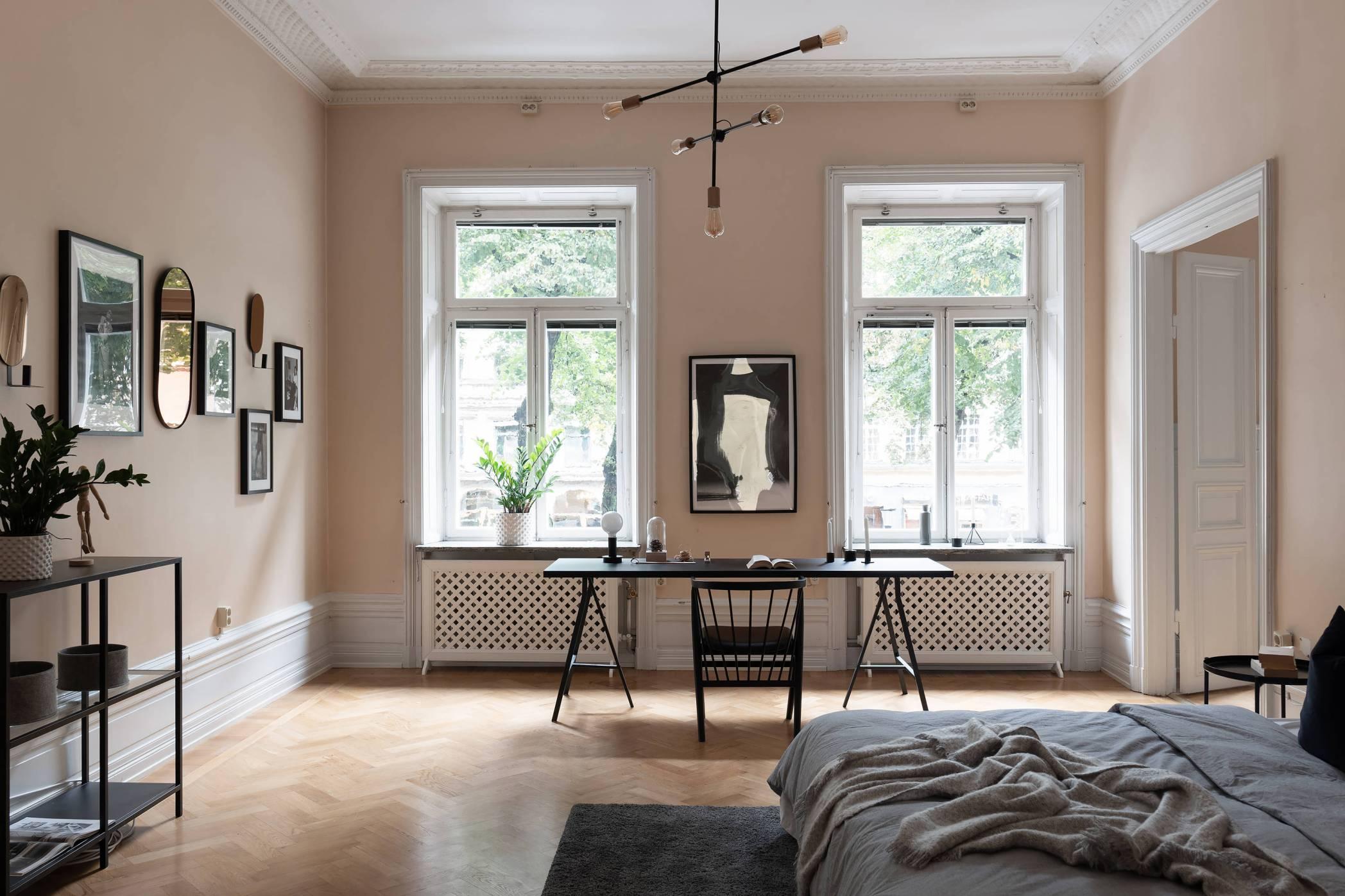 окна в спальне рабочий стол