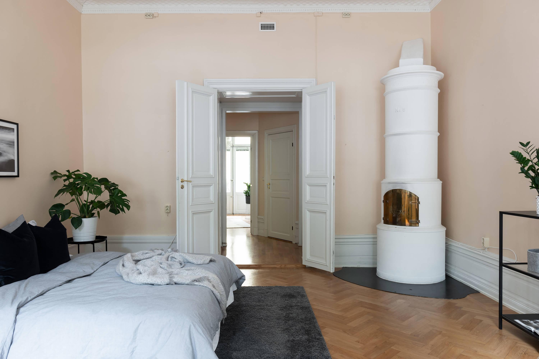 распашные двери в спальне