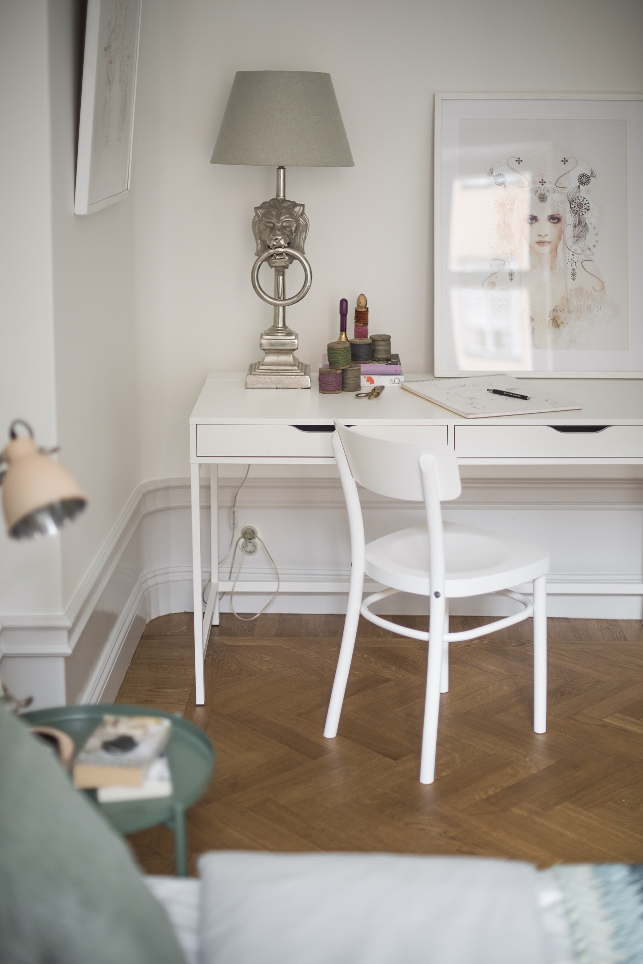 стол в спальне паркет высокий плинтус