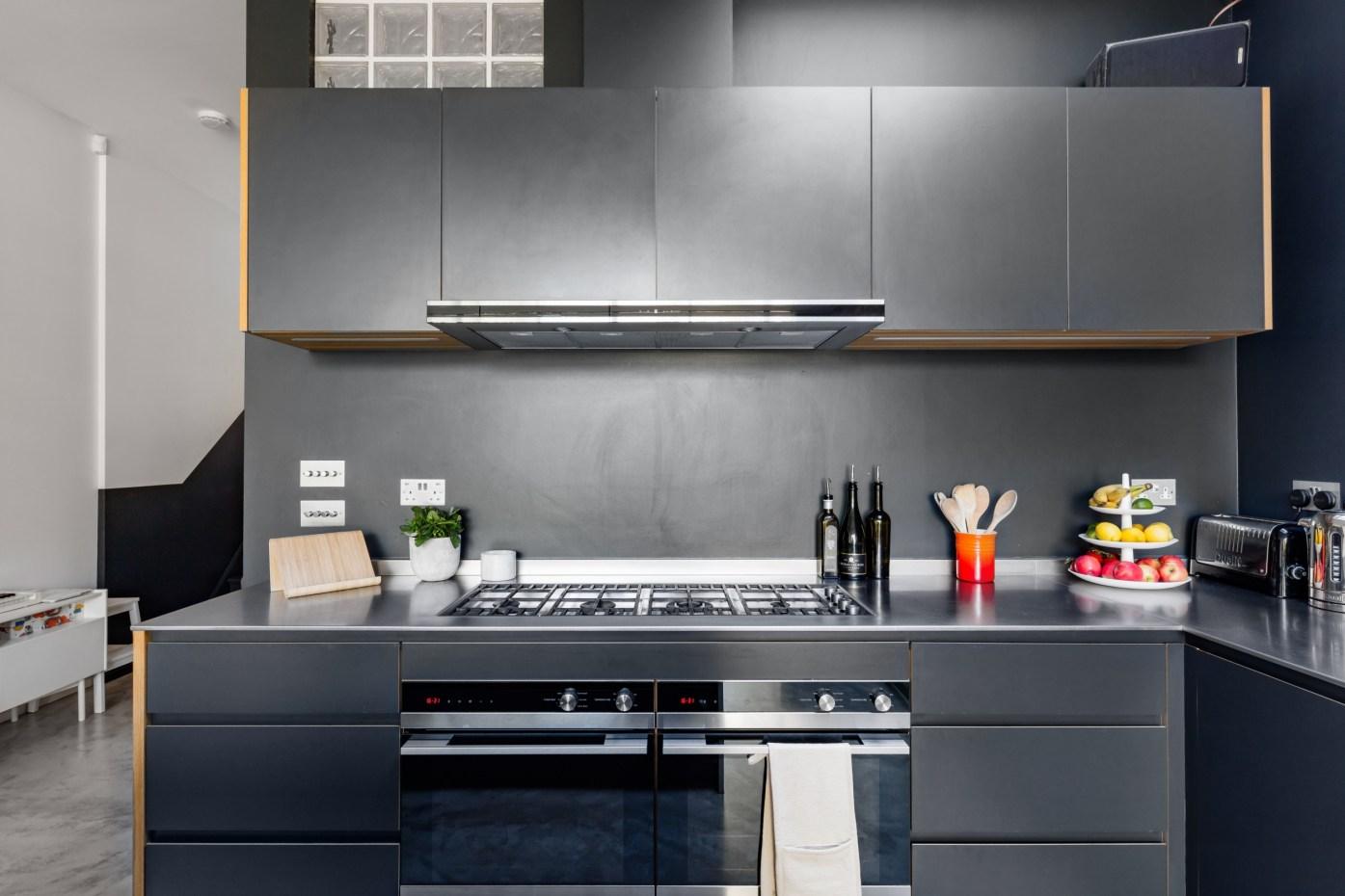 серая кухонная мебель