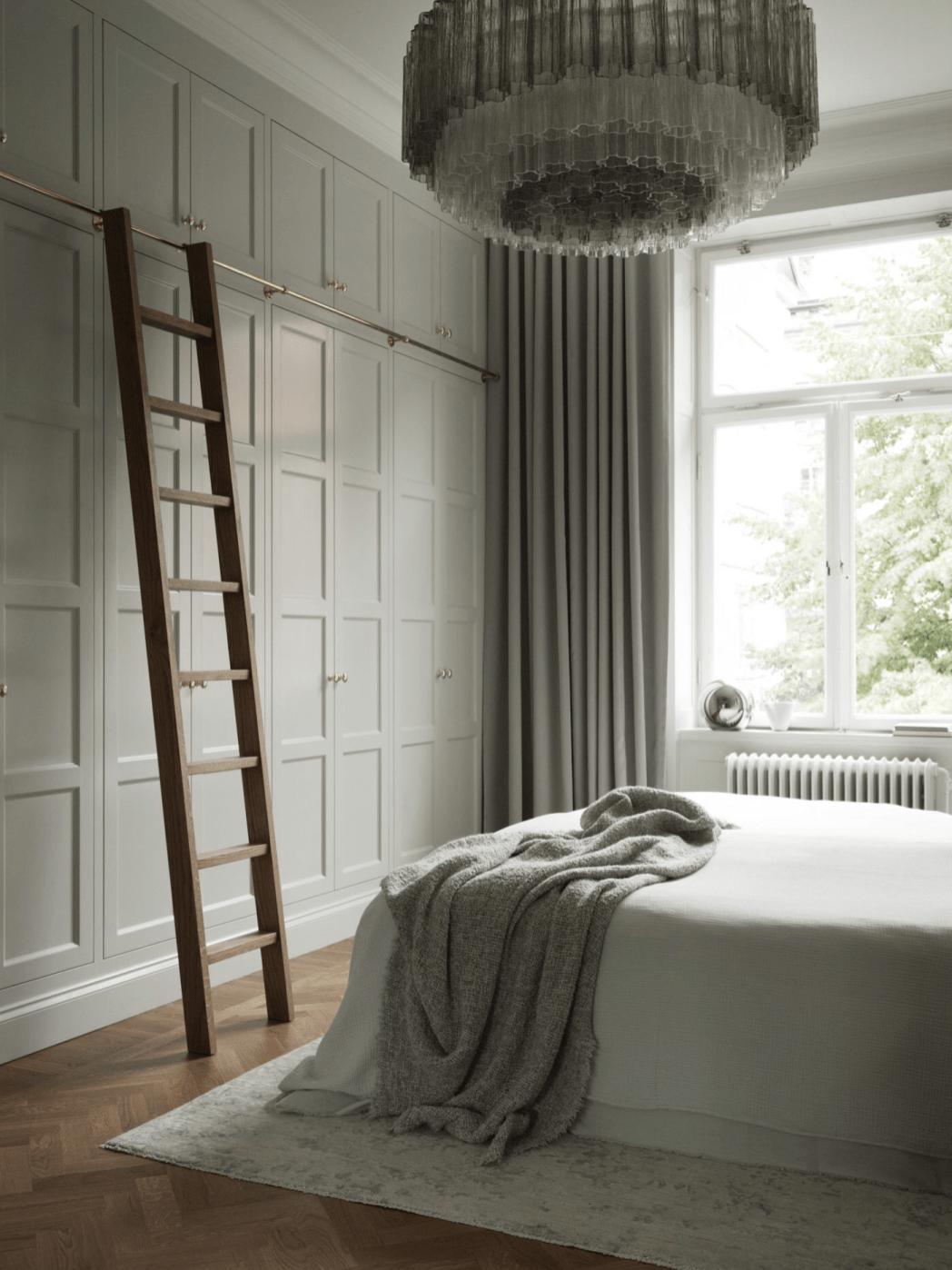 спальня шкаф лесенка окно