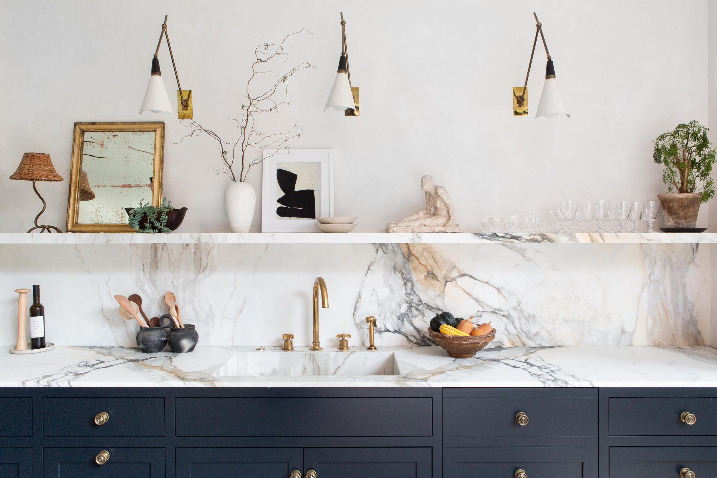 кухня мрамор столешница фартук