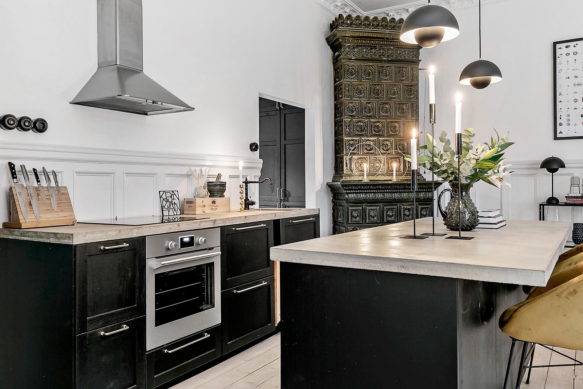 кухня с кухонным островом печь