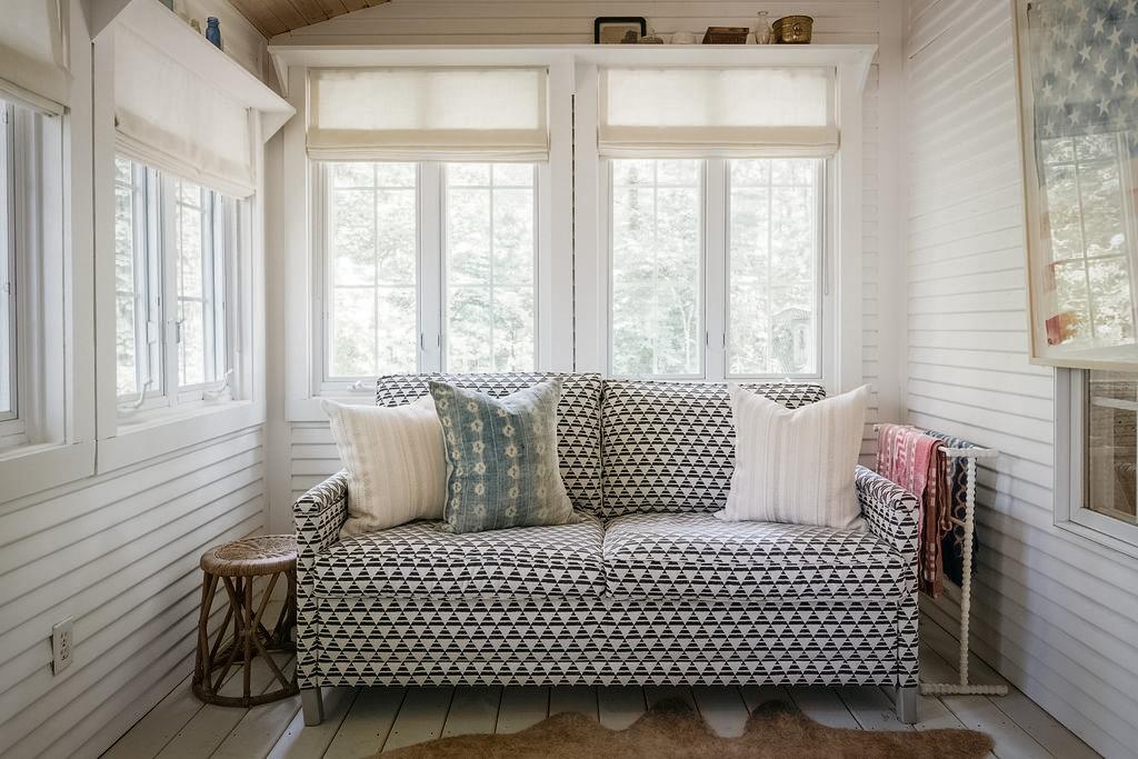 диван у окна