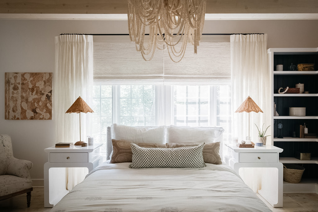 спальня кровать у окна