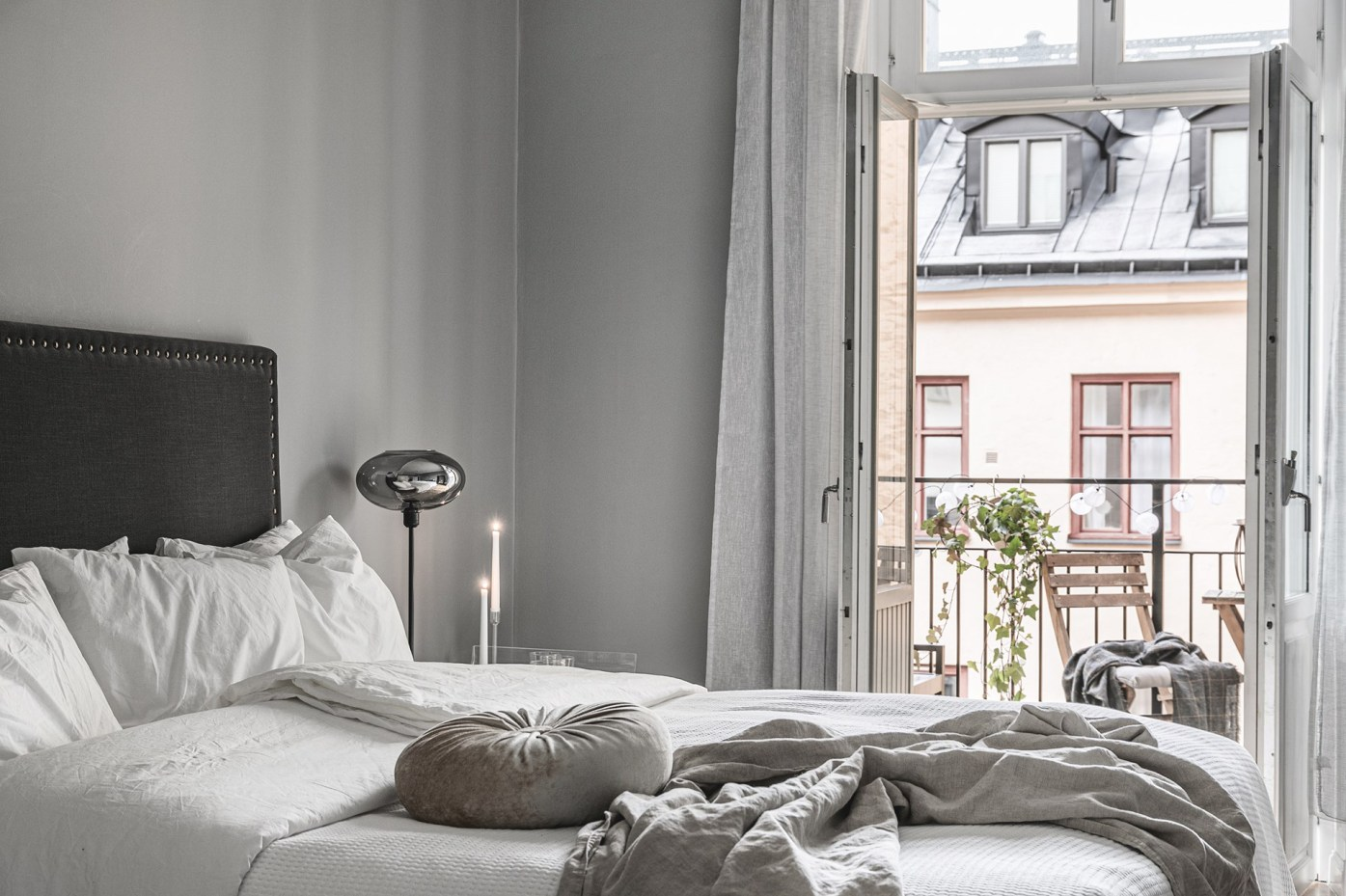 квартира 89 квм спальня кровать изголовье балкон