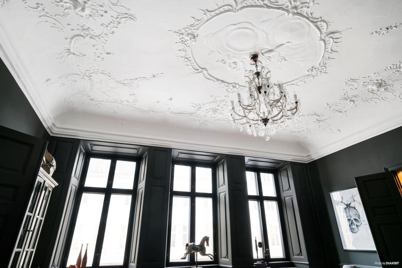 окно откосы потолок лепнина