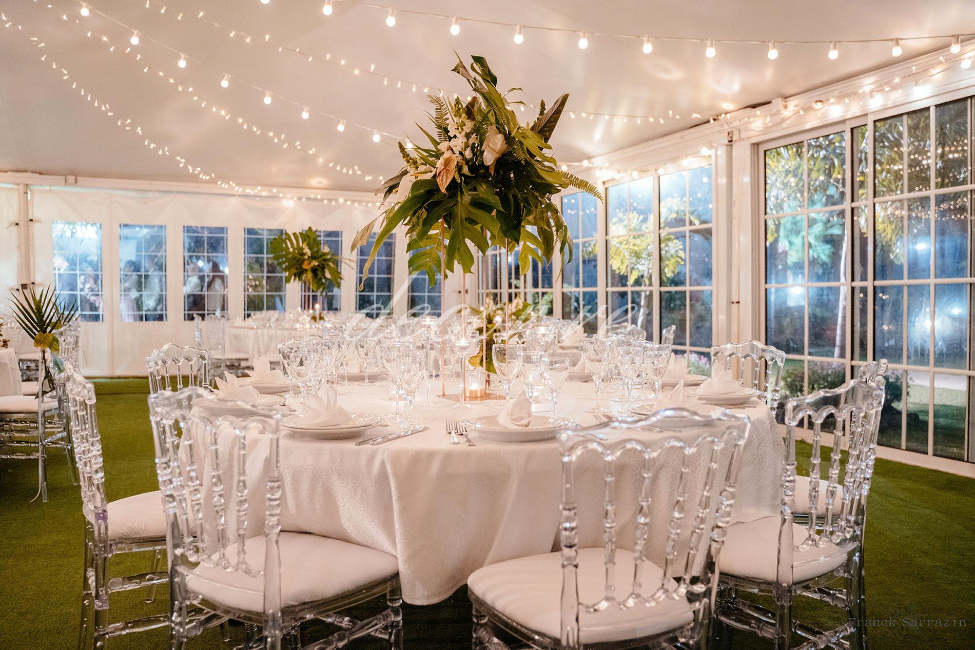 Nos chaises napoléon et nos guirlandes lumineuses au Domaine des Mille Cocos