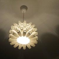Luminária com garrafas de plástico