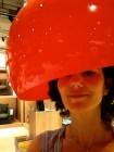 Una lámpara roja para el despacho. El color rojo corporativo vendrá con los complementos. Y yo, mientras nos decidimos, juego a la peluquería