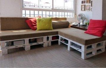esta idea para el esquinazo cofee break de la zona común. Ahora hay que buscar el colchón. Visto en http://decoracion2.com/un-sofa-hecho-de-palets/18662/