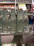 Botellas de gaseosa para las repisas de palets. visto en CASA