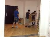 Poco a poco los carpinteros van llenando el aula de mesas. Las más largas las trajeron desmontadas para construirlas dentro de la sala