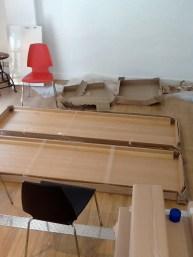 El mamaño tan largo de algunas mesas nos obliga a traerlas por piezas y a montarlas en el mismo aula
