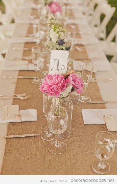 mesa de boda decorada de forma sencilla y natural