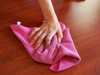 9259626-limpiar-la-superficie-de-madera-con-trapo-rosa-de-mano