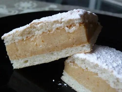 """El pastel ruso receta es un bizcocho húmedo, comúnmente conocido como Biskvit. ¡Es una receta familiar que además puede convertirse en tu pastel favorito!, así que ¡no dejes de prepararlo! Si quieres más detalles, toma nota de esta torta rusa blanca, preparada con una vainilla cremosa servida sobre chocolate rico en infusión de café. Pastel ruso receta • Para la mezcla de vainilla, necesitarás: 6 cucharadas de mantequilla sin sal, suavizada 1 1/3 tazas de azúcar 3 cucharadas de aceite vegetal 1 1/2 cucharaditas de polvo de hornear 1/2 cucharadita de sal 2 claras de huevo grandes 1 huevo grande 1 cucharada de extracto de vainilla 2 tazas de harina artesanal sin blanquear 1 taza de yogur natural sin grasa • Para la mezcla de chocolate: 1 1/4 tazas de Harina para todo uso sin blanquear 3/4 cucharadita de polvo de hornear 1/4 cucharadita de bicarbonato de sodio 1/2 cucharadita de sal 1/4 taza + 2 cucharadas de cacao en polvo sin azúcar 1 cucharadita de polvo de expreso 3/4 taza de azúcar 4 cucharadas (1/4 taza) de mantequilla sin sal, suavizada 2 cucharadas de aceite vegetal 1 cucharadita de extracto de vainilla 1/2 taza de leche, a temperatura ambiente 1/4 taza de café preparado 2 huevos grandes • Kahlua para rociar 1/2 taza de azúcar 1/2 taza de agua 1/4 taza de licor Kahlua u otro licor de café • Crema 2 cucharaditas de polvo de expreso 1/3 taza de chocolate agridulce picado 6 cucharadas de crema espesa 2 cucharadas de Kahlua, divididas 1 1/4 tazas de azúcar 1/8 cucharadita de sal 1 taza de agua, dividida 1/2 taza de polvo de merengue 24 cucharadas soperas (1 1/2 tazas) de mantequilla sin sal, a temperatura ambiente 1/2 taza de manteca vegetal o una 1/2 taza adicional (8 cucharadas) de mantequilla sin sal, a temperatura ambiente, opcional • Instrucciones Precalienta el horno a 350 ° F. Debes engrasar y enharinar tres moldes para pasteles redondos de 8"""". • Para hacer la mezcla de vainilla: En un tazón grande, bata la mantequilla, el azúcar, el aceite vegetal, el polvo"""