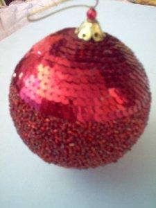 esfera navideña con chaquiras