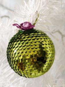 esfera de pino navideña