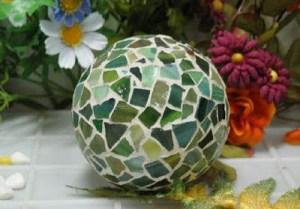 una-bonita-esfera-hecha-con-mosaicos-de-vidrio_rxtk6