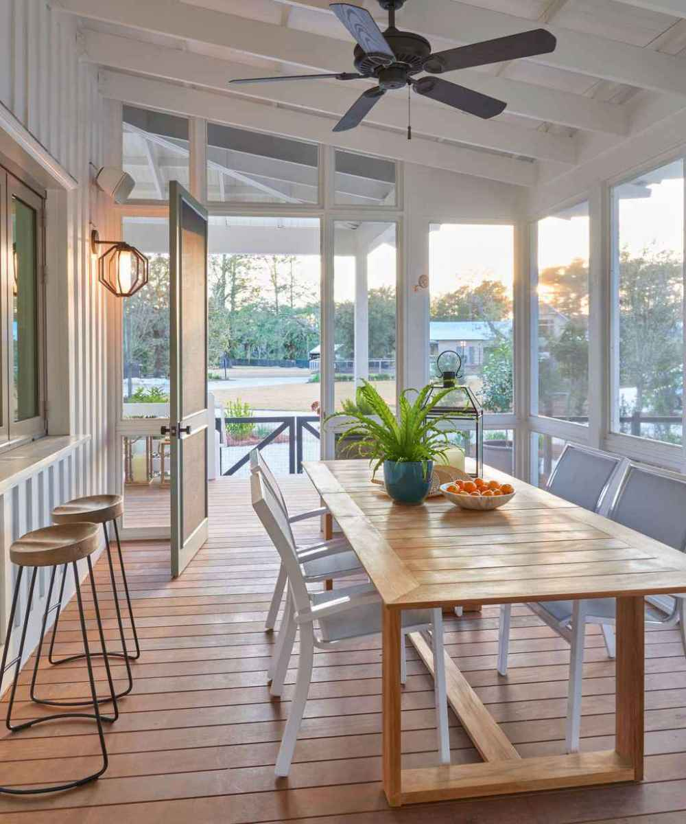 15 Gorgeous Farmhouse Screened In Porch Design Ideas for Relaxing