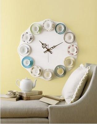 Un reloj hecho a mano con tazas de té