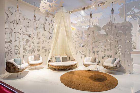 sillones colgantes para exterior en el saln del mueble de miln