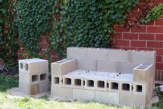 Sofá hecho con bloques de hormigón.