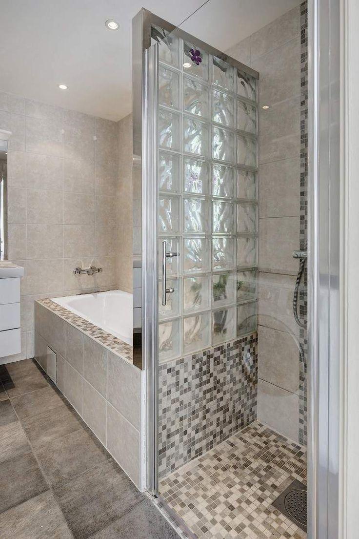 salle de bains avec baignoire douche