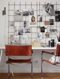 7. Una malla metálica sobre la mesa dará cobertura a todas las fotos y recuerdos que quieras colgar. Con las sillas de cuero, el estilo industrial está asegurado
