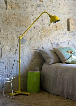 Mobiliario que sin resultar infantil añade luz y color al espacio