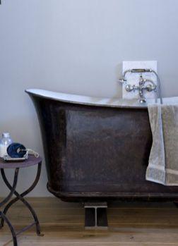 La bañera antigua se coloca sobre dos viguetas de acero procedentes de la construcción
