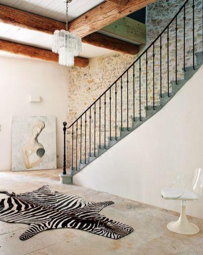 La silla y la lámpara añaden el punto vintage a este espacio