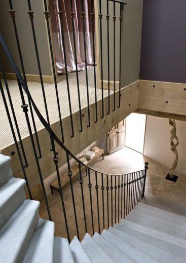 La escalera se redondea para evitar el típico descansillo