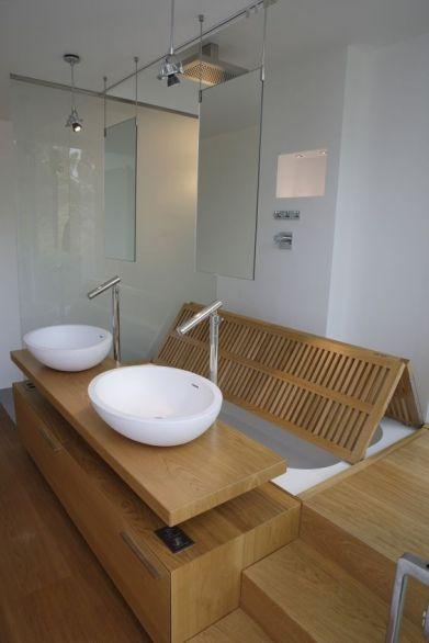 La bañera queda oculta con listones de teka que forman el suelo de la ducha: 2 en 1, pero con estilo